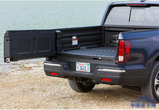 日前,本田新推了小改款的本田Ridgeline皮卡车,进一步替换了老款车型。据了解,本田Ridgeline上市后便受到消费者喜爱,更是获得了2018北美年度风云皮卡。  本田Ridgeline不仅获得2018北美年度风云货卡殊荣,更在美国的IIHS撞击测试中拿下了TOP SAFETY PICK + 的最佳安全评价,别看皮卡宽大敦实,但安全性并不如乘用车,而本田Ridgeline能达到如此高的安全性实属罕见。而在产品力上,本田Ridgeline同样时时刻刻紧跟时代脚步,无论是时下流行的Android Aut
